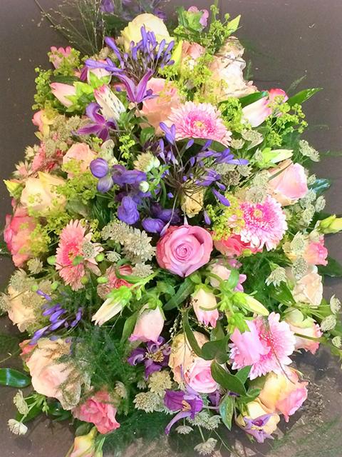 grafwerk rouwwerk bloemen overlijden rouwstuk rozen uniek mooi persoonlijk