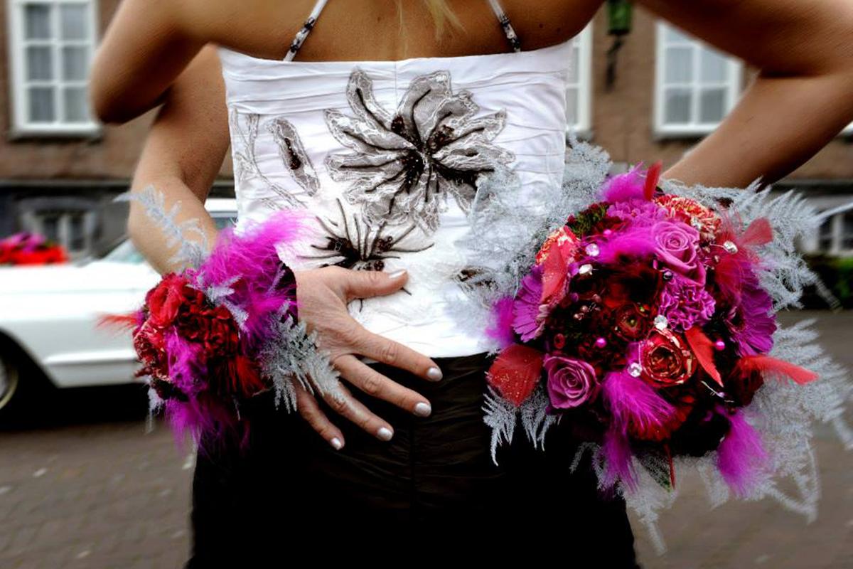 bruidswerk boeket bruid bruidegom bruiloft bruidsboeket trouwen bloemen corsage kleurrijk rozen bruidsjurk trouwfoto homoseksueelhuwelijk