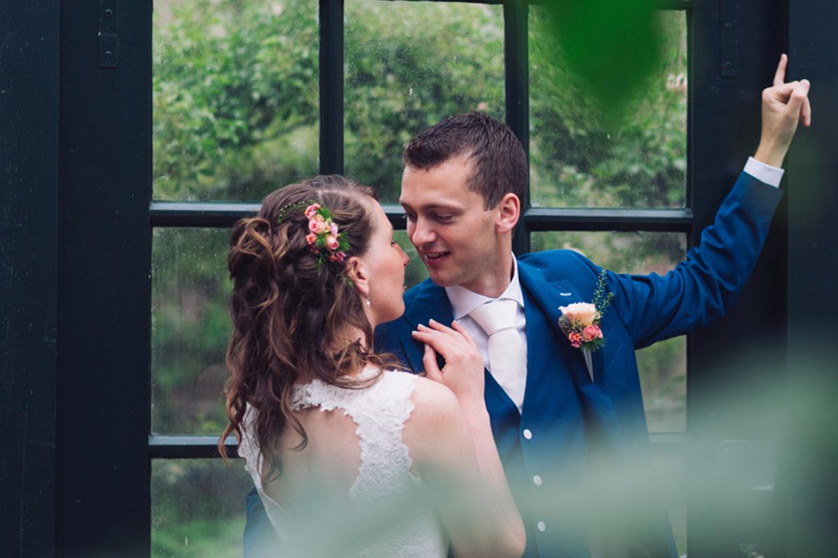 bruidswerk boeket bruid bruidegom bruiloft bruidsboeket trouwen bloemen corsage kleurrijk rozen bruidsjurk trouwfoto